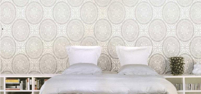 Dormitor decorat cu tapet de lux