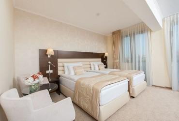Camera decorata cu tapet hotel Coroana de Aur Bistrita