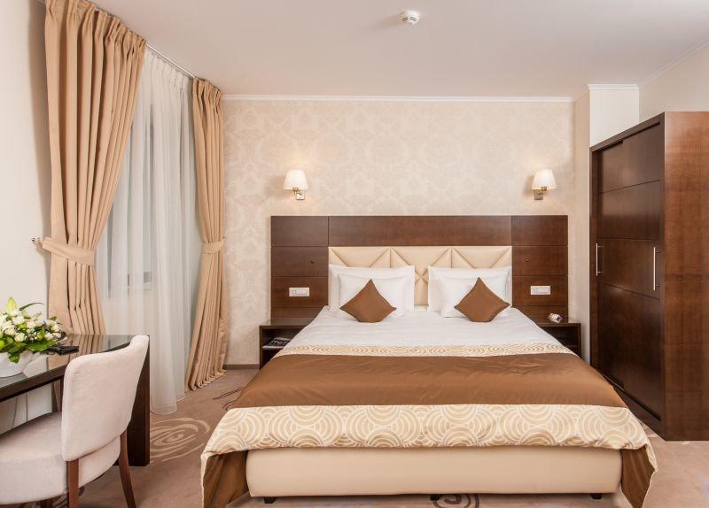 Camera de hotel decorata cu tapet clasic