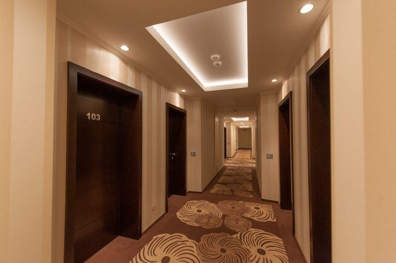 Hol de hotel decorat cu tapet