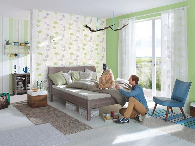 Dormitor cu accente rustice decorat cu tapet