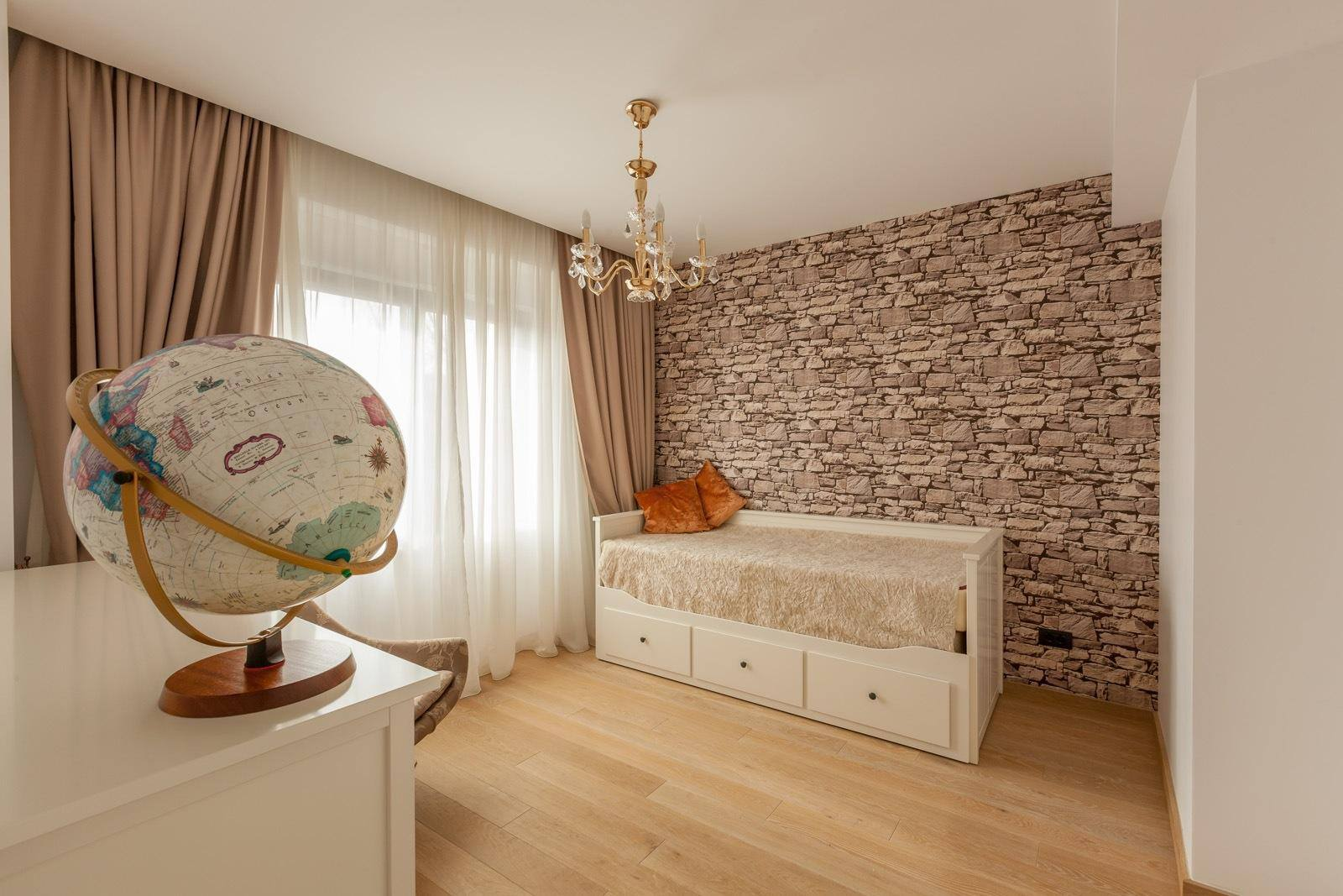 Camera decorata cu tapet cu aspect de piatra