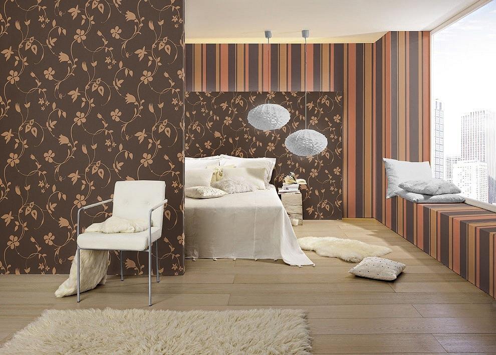 Dormitor decorat cu tapet floral combinat cu tapet cu dungi. Vezi detalii despre acest model de tapet pe site.