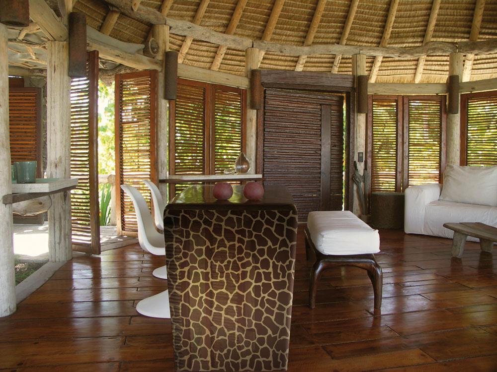 Masa decorata cu autocolant cu aspect de piele de girafa.