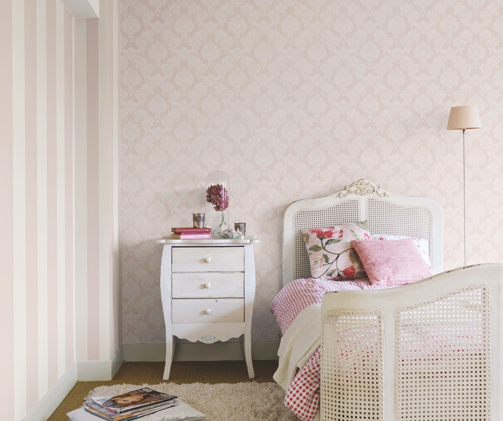 Dormitor decorat cu tapet clasic crem regal