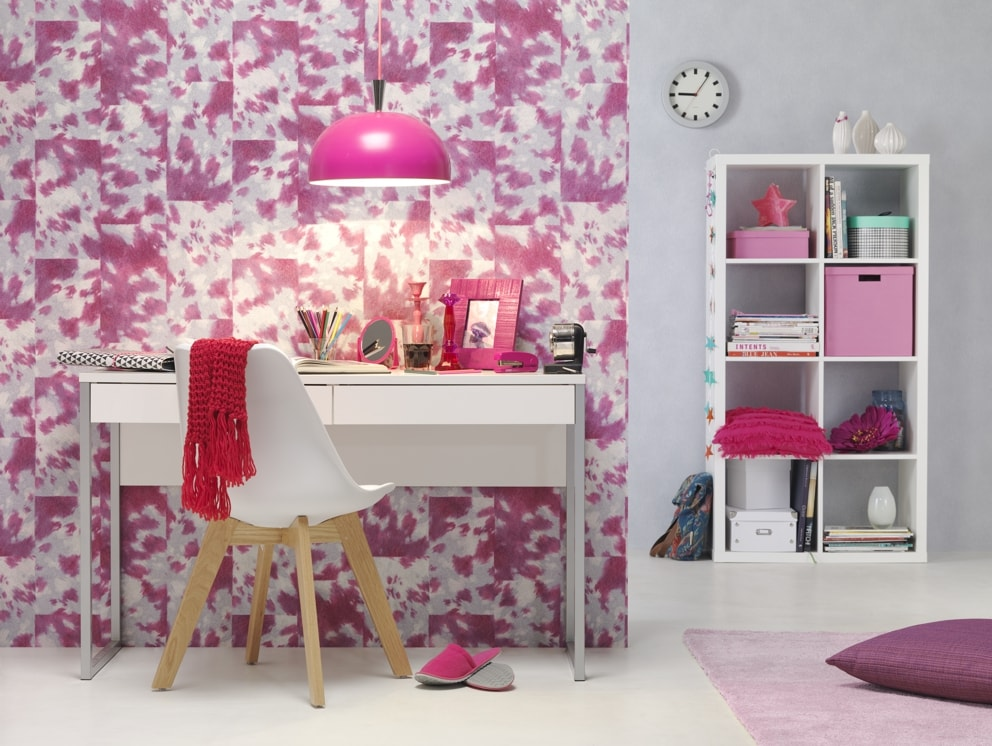 Birou decorat cu tapet roz