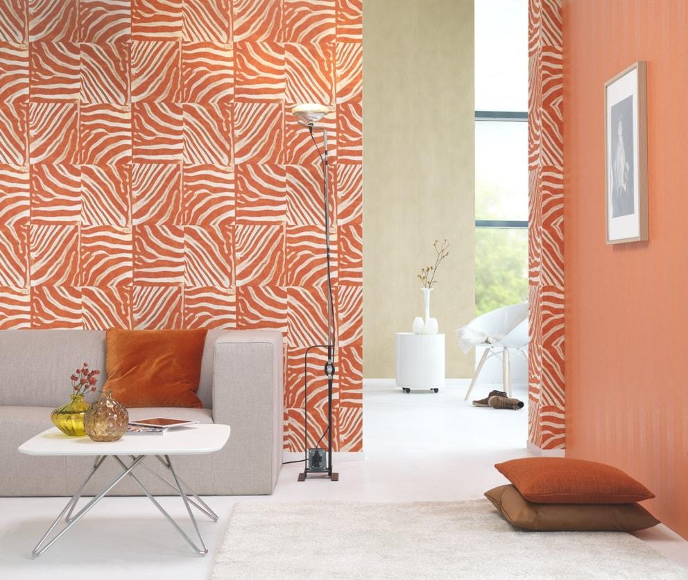 Living decorat cu tapet portocaliu