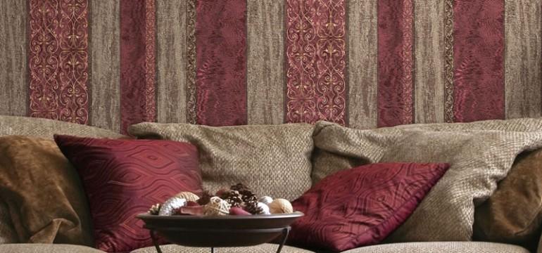 Tapet cu dungi rosu potribit pentru livinguri si camere de hotel