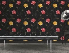 Living decorat cu tapet floral rosu cu negru