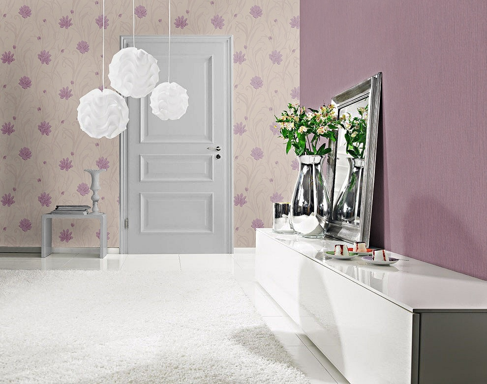 Living decorat cu tapet floral mov