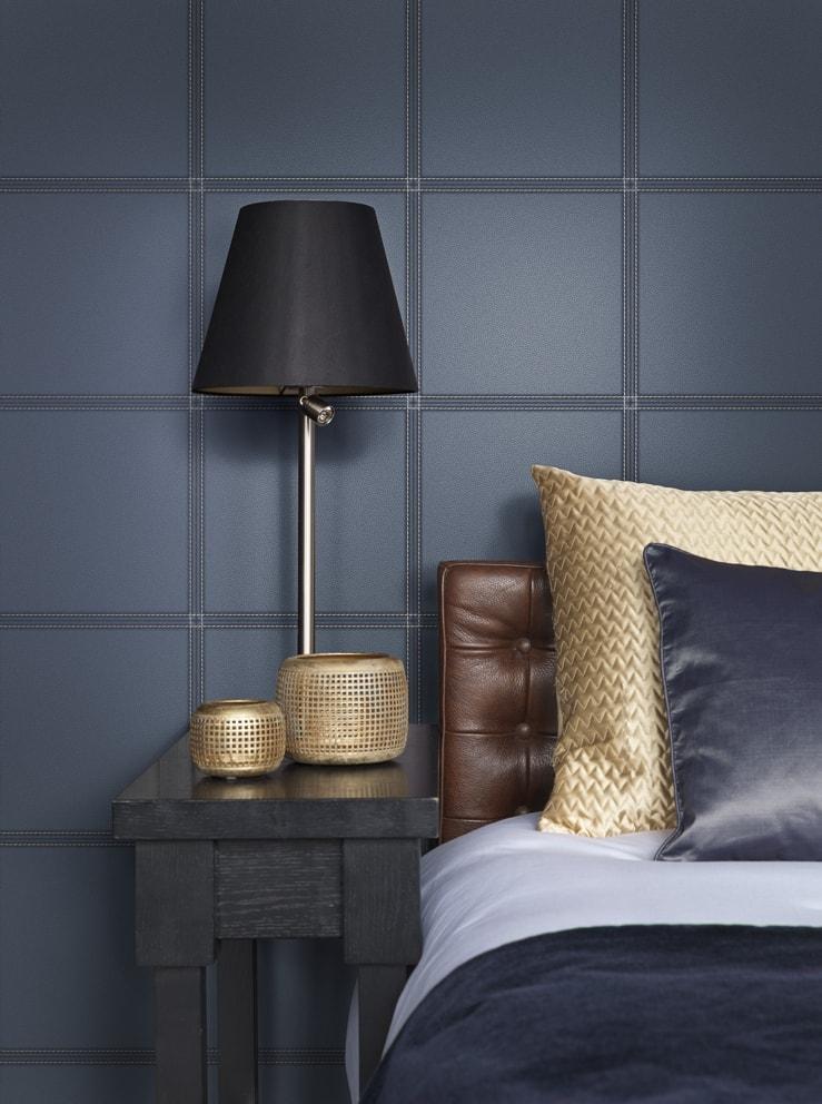 Dormitor cu tapet imitatie de piele albastra