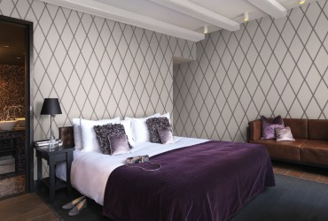 Dormitor decorat cu tapet cu romburi
